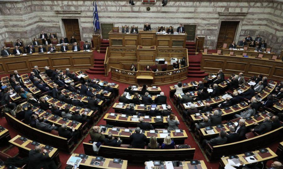 Έλληνες πολιτικοί σαν ποδοσφαιριστές: Αλλαγή κόμματος με κανονική μεταγραφή ή ως δανεικοί