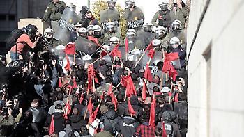 Εκπαιδευτικοί: Ένταση στο συλλαλητήριο έξω από τη Βουλή - Δείτε live