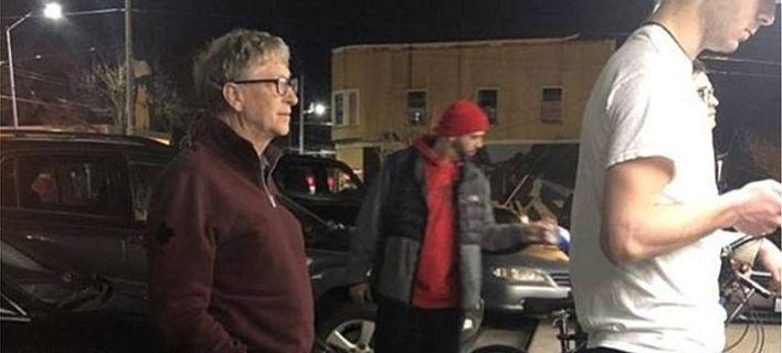 Viral: Ο Μπιλ Γκέιτς περιμένει στην ουρά σε καντίνα για να παραγγείλει μπέργκερ (pics)