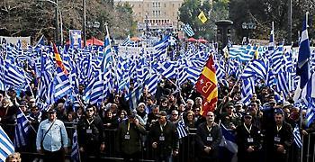 Σε εξέλιξη το συλλαλητήριο για τη Μακεδονία: Πλήθος κόσμου στο Σύνταγμα