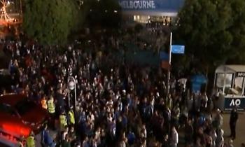 Τρελοί πανηγυρισμοί από τους Έλληνες έξω από το γήπεδο! (video)