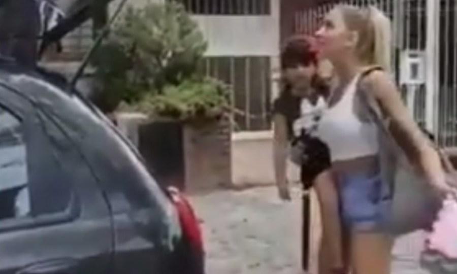 Εντυπωσιακό βίντεο: Γυναίκα – λάστιχο κλείνει το πορτ μπαγκάζ με το πόδι