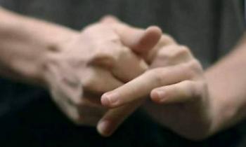 «Κρακ» στα δάχτυλα: Τι μπορείτε να πάθετε αν το κάνετε