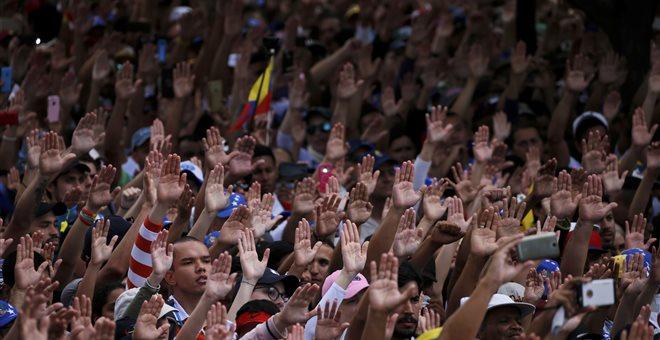 Σε αχαρτογράφητα νερά η Βενεζουέλα, κρίσιμες οι επόμενες ώρες για Μαδούρο