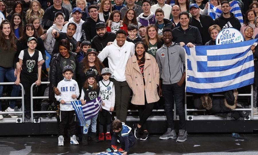 Ο Γιάννης τραγουδάει τον Εθνικό ύμνο με Έλληνες φιλάθλους στο γήπεδο των Μπακς (pics-video)