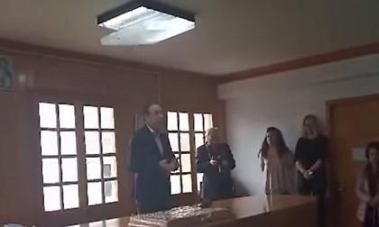 Απίστευτο: Η στιγμή που λάμπα πέφτει στο κεφάλι του δημάρχου Ιωαννίνων