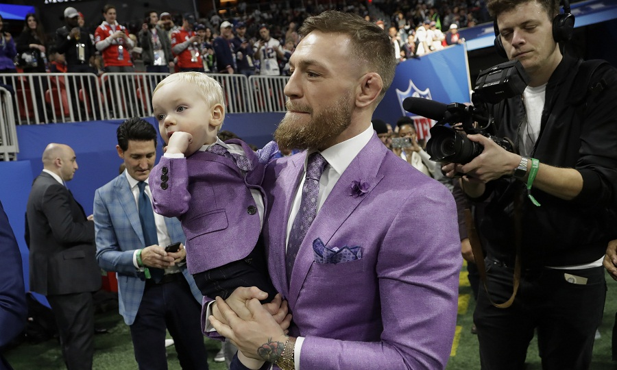 ΜακΓκρέγκορ και υιός ομοιόμορφα ντυμένοι στο Super Bowl (pics)