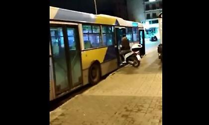 «Θεούλης» μπήκε σε λεωφορείο του ΟΑΣΑ με το μηχανάκι (vid)