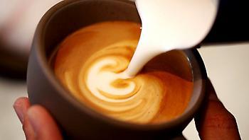 10 μεγάλες αλήθειες για όσους επιμένουν να βάζουν γάλα στον καφέ τους
