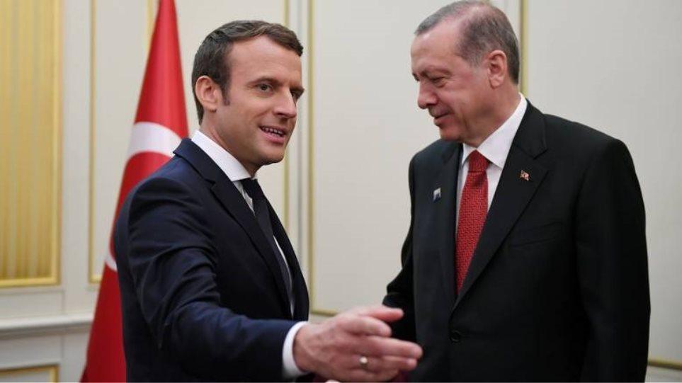 Έξαλλος ο Ερντογάν με τον Μακρόν: Είναι ανιστόρητος και αρχάριος στην πολιτική