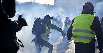 Γαλλία: Επεισόδια και δακρυγόνα στις διαδηλώσεις των «κίτρινων γιλέκων» (video)