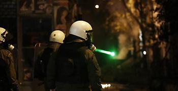 Νέα επίθεση με μολότοφ στα ΜΑΤ στο κέντρο της Αθήνας