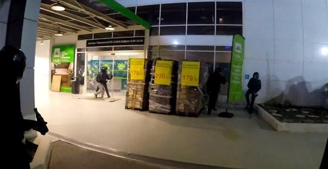 Επίθεση Ρουβίκωνα με βαριοπούλες με πολυκατάστημα στην Κηφισίας (video)