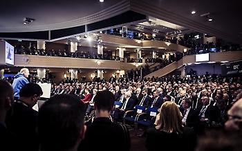 Η εντυπωσιακή ξανθιά πολιτικός στη διάσκεψη που βρέθηκε ο Τσίπρας (pics)