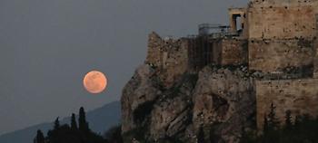 Μαγικά στιγμιότυπα στην Αθήνα από την υπερπανσέληνο (pics)