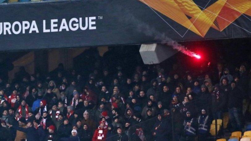 Η στιγμή της ρίψης φωτοβολίδας στην εξέδρα των οπαδών του Ολυμπιακού (video)