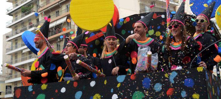 Η κακοκαιρία χτύπησε το καρναβάλι της Πάτρας - Αλλάζει το πρόγραμμα λόγω καιρού