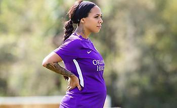 Αμερικανίδα παίκτρια 5,5 μηνών έγκυος συμμετέχει στην προετοιμασία της ομάδας της (pic)