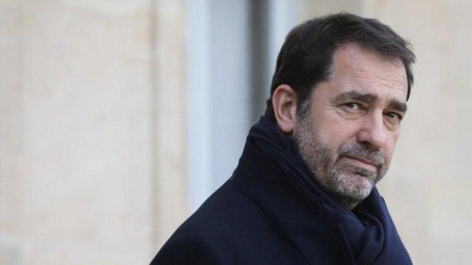 Νέο ροζ σκάνδαλο στη Γαλλία: Ο υπουργός Εσωτερικών χορεύει και φιλά άγνωστη νεαρή