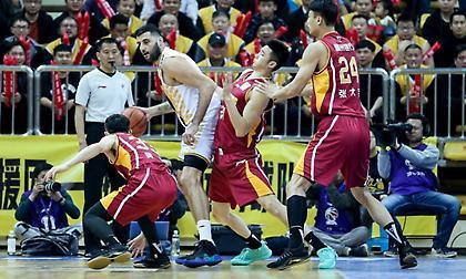 Με το… αριστερό ο Μπουρούσης στα playoffs της Κίνας!
