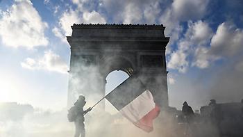 Τριγμοί από τα «κίτρινα γιλέκα» στη Γαλλία: Απολύθηκε ο αρχηγός της αστυνομίας στο Παρίσι