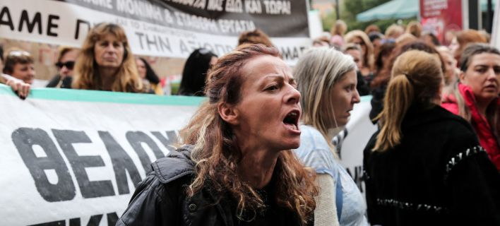 Οι καθαρίστριες συγκεντρώνονται έξω από το υπουργείο Υγείας και απειλούν με... κατασκήνωση