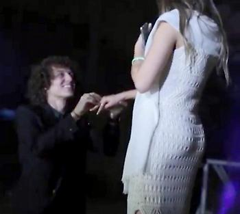 Πρόταση γάμου... on camera από τον Νταβίντ Λουίζ (video)