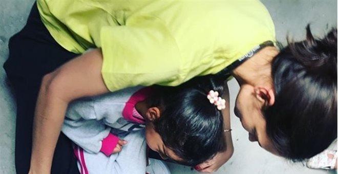 Στη Μόρια η ηθοποιός Κέιτι Χολμς για εθελοντική βοήθεια στους πρόσφυγες