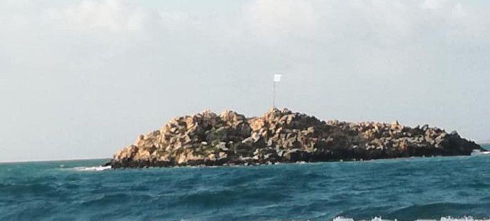 Κρήτη: Πήγε κολυμπώντας σε νησάκι για να αλλάξει την κουρελιασμένη σημαία (video)