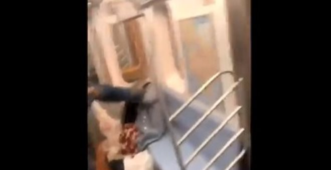 Μετρό Νέας Υόρκης: Άνδρας κλωτσά ηλικιωμένη στο κεφάλι χωρίς λόγο (video)
