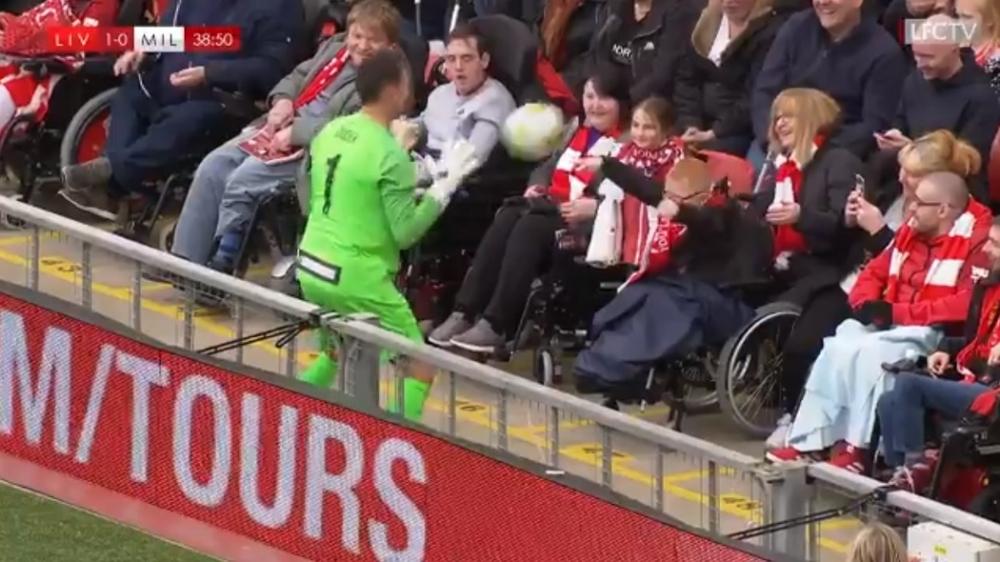 Ο Ντούντεκ τους άφησε όλους να περιμένουν και… έπαιξε μπάλα με παιδάκι σε αναπηρικό αμαξίδιο! (vid)