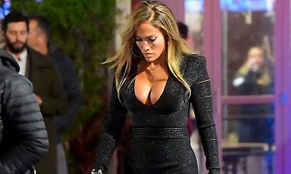 Το μπούστο της Jennifer Lopez μας… έβγαλε τα μάτια! (pics)