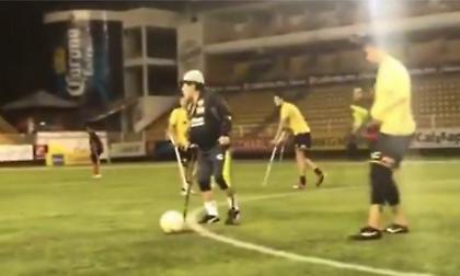 Μάγκας Μαραντόνα: Πήρε πατερίτσες και έπαιξε μπάλα με ακρωτηριασμένους ποδοσφαιριστές! (video)