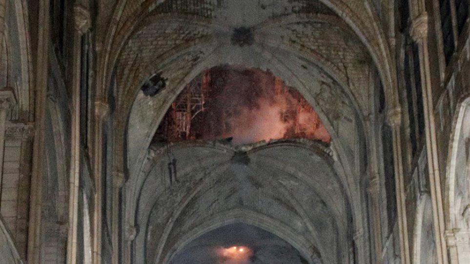 Παναγία των Παρισίων: «Εικόνα βομβαρδισμού - Στο βάθος ο σταυρός φωτισμένος από τις φλόγες»