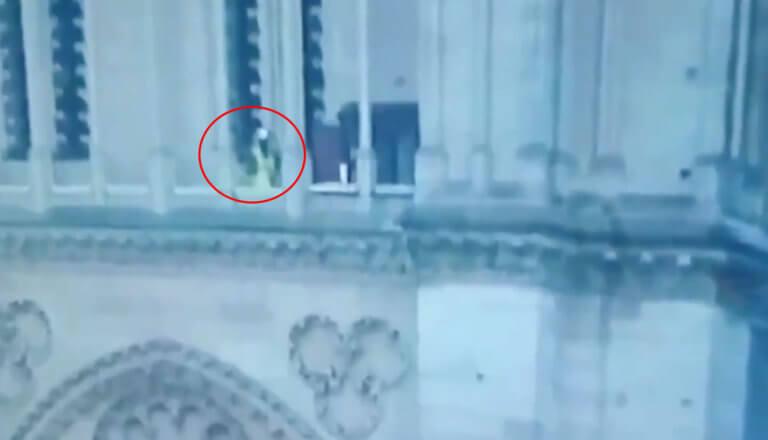 Βίντεο - θρίλερ: Άγνωστος βρίσκεται μέσα στην Παναγία των Παρισίων την ώρα της φωτιάς