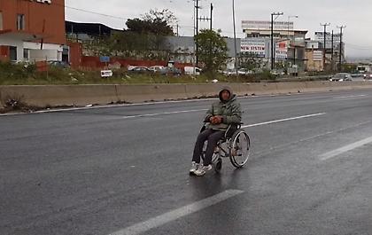 Θεσσαλονίκη: Άνδρας σε καροτσάκι πήγαινε ανάποδα στην μέση της Περιφερειακή οδού (vid)