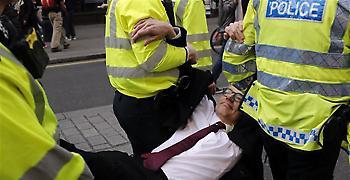 Συνεχίζουν τις καταλήψεις δρόμων στο Λονδίνο οι περιβαλλοντικοί ακτιβιστές