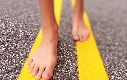 Πόσο καλό μας κάνει να περπατάμε ξυπόλυτοι;