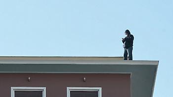 Συμβασιούχος απειλεί να αυτοκτονήσει από την ταράτσα του υπουργείου Εσωτερικών