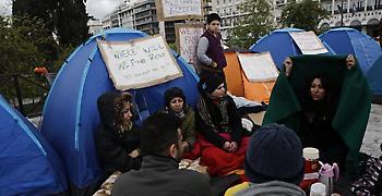 Αποφασισμένοι να παραμείνουν στην πλατεία Συντάγματος δηλώνουν μετανάστες
