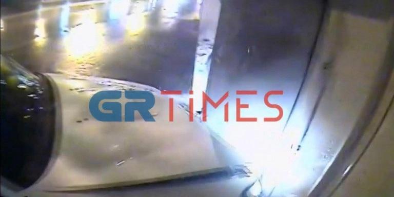 Θεσσαλονίκη: Περιπολικό έπεσε σε περίπτερο, κατά τη διάρκεια καταδίωξης (video)