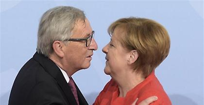 Ο Γιούνκερ εξυμνεί την Μέρκελ: Έχει προσόντα για θέση σε ευρωπαϊκό επίπεδο