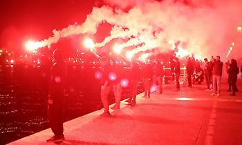 Ξενυχτάει η Θεσσαλονίκη: Οι φίλοι του ΠΑΟΚ έστησαν γιορτή για το πρωτάθλημα (vids/pics)