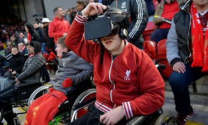 Συγκλονιστικό: Τυφλός φίλαθλος της Λίβερπουλ μπορεί να δει τα ματς της μέσω της τεχνολογίας