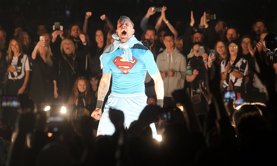 Έκανε είσοδο ως… Superman στη φιέστα ο Πασχαλάκης (pics)
