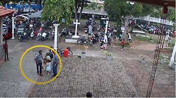 Σρι Λάνκα: Ανατριχιαστικό βίντεο με τον βομβιστή να χαϊδεύει στο κεφάλι ένα κοριτσάκι