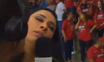 Βολεϊμπολίστρια λιποθύμησε στη διάρκεια συνέντευξης (video)