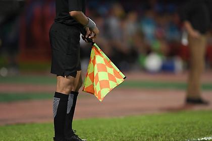 Βοηθός πέταξε το σημαιάκι του κι έφυγε τρέχοντας για την τουαλέτα (vid)