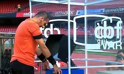 Διαιτητής προσευχήθηκε στο... VAR (video)
