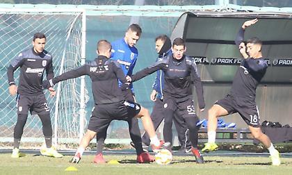 Εμψυχώνουν τους παίκτες πριν την προπόνηση σήμερα οι οπαδοί του ΠΑΟΚ
